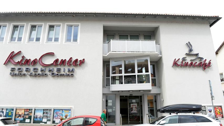Seit 2001 werden die Gäste vom Kino-Café begrüßt. 2001 baute die Kinofamilie Dengler den Eingangsbereich entsprechend um.