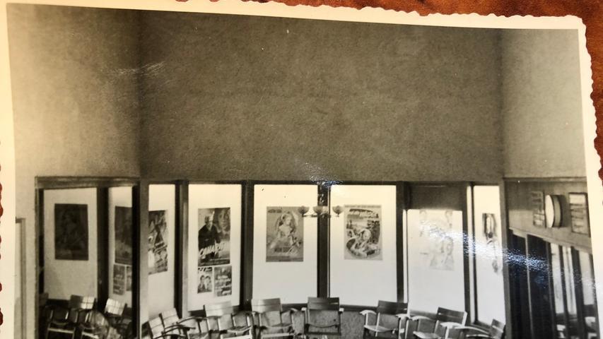 Damals war der Eingangsbereich mit Filmplakaten dekoriert.