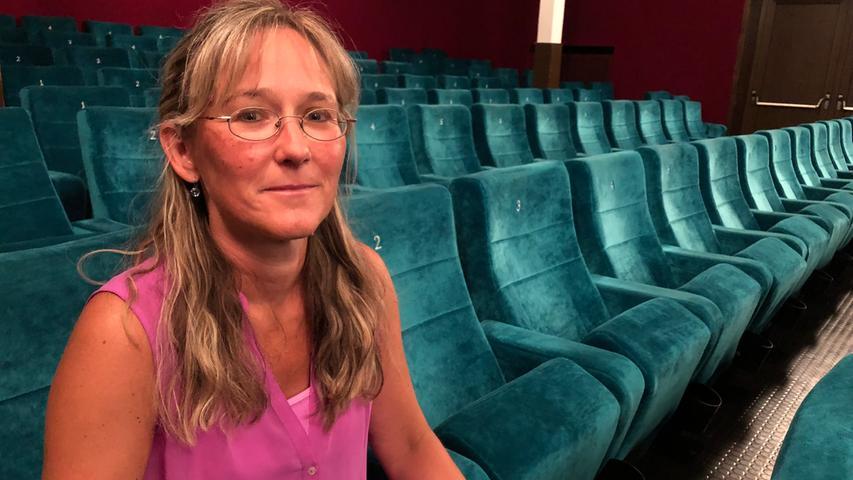 Geschäftsführerin Manuela Dengler-Redlin nimmt im Apollo Platz. Es ist der älteste Saal (1924 eröffnet) des Kinos und bietet Platz für 264 Zuschauer. Union folgte 1954 mit 447 Sitzplätzen, Domino 1983 mit 106 Kinosesseln.