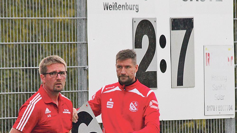 """Da waren Trainer Alexander Rottler und sein """"Co"""" Uwe Birngruber bedient: Am Ende stand eine 2:7-Heimschlappe für den FC/DJK Weißenburg auf der Anzeigentafel."""