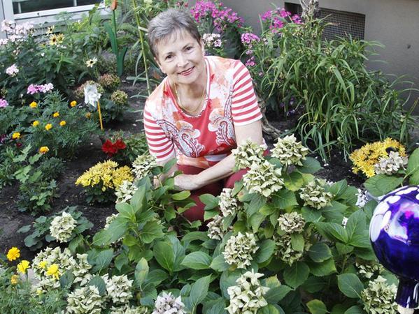 """Sie braucht die Gartenarbeit, sagt Josefa Gehring, die den Grünstreifen vor ihrem Mehrparteienhaus in Langwasser längst in einen """"Buntstreifen"""" verwandelt hat."""