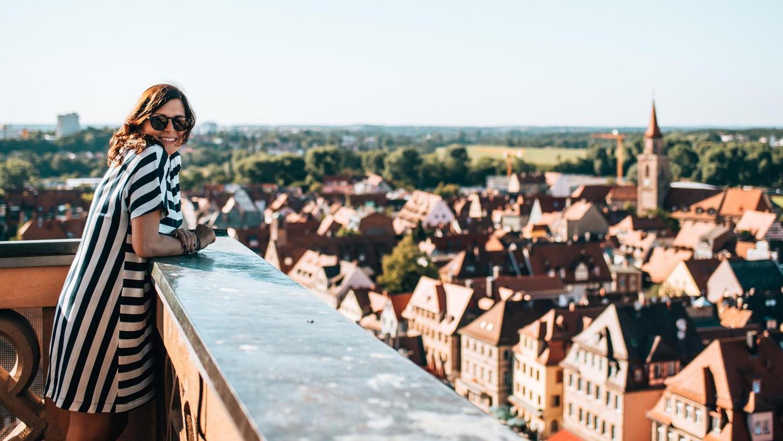 Genuss und Arbeit: Bloggerin Katharina Werni auf dem Fürther Rathausturm. Wo es hübsch ist, werden Bilder und Video-Aufnahmen gemacht.