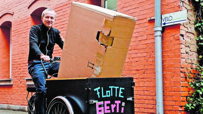 Der Fürther Fahrradhändler Stefan Fürst führt vor, welch große Teile man mit dem Leihrad des ADFC problemlos transportieren kann.