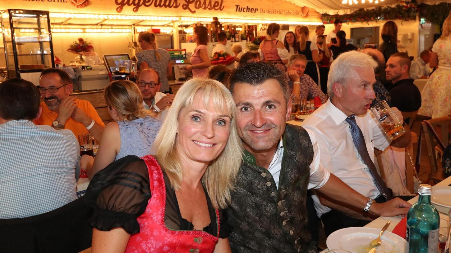Club-Dirndl: In den Vereinsfarben Rot-Schwarz kam Petra Freitag mit Club-Trainer Michael Köllner zum Volksfest-Stammtisch.