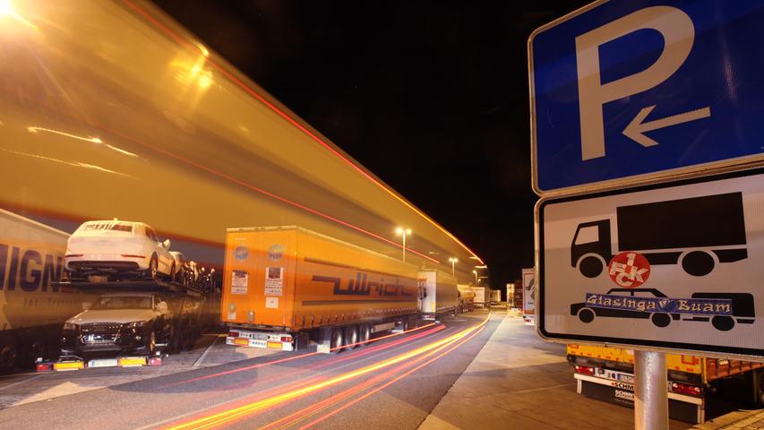 Ständig fehlen entlang der A 9 Parkplätze für die wachsende Zahl an Lastern, hier an der Raststätte Feucht in Richtung München.
