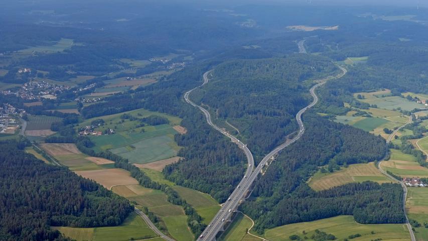 Die A9 aus der Vogelperspektive, hier am Hienberg, wo sich die Fahrbahnen kurz teilen.