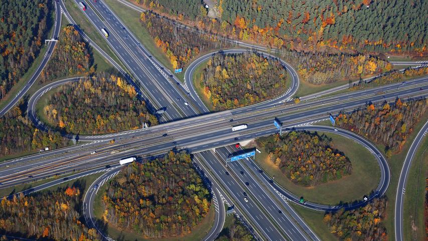 Das Autobahnkreuz A6/A9 aus der Luft gesehen.