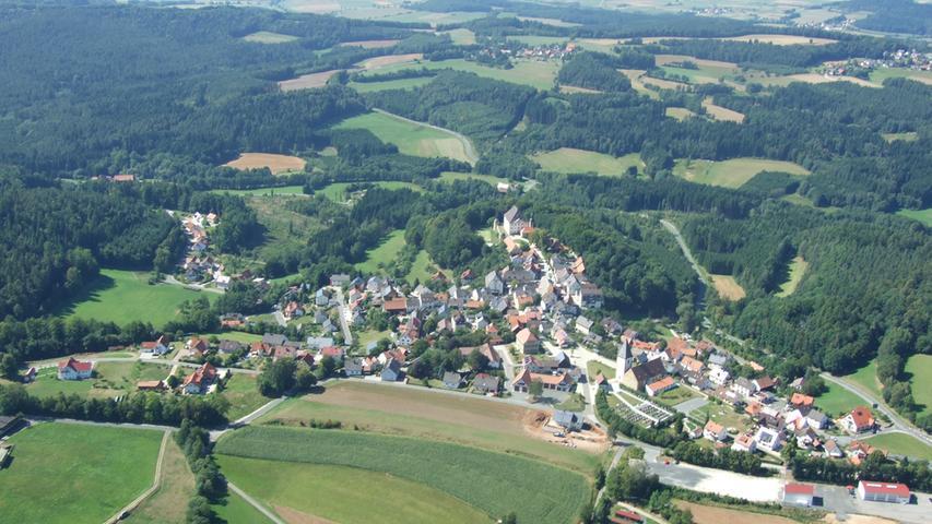 Seit der Verbreiterung der A9 im Rahmen des Verkehrsprojekts Deutsche Einheit führt die Autobahn im gebührenden Abstand über eine Talbrücke an der Ortschaft Trockau vorbei.