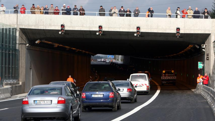 Die ersten Fahrzeuge fahren im November 2006 auf dem neuen Teilstück der Bundesautobahn A9 bei Bayreuth, wo aus Lärmschutzgründen sogar eine Einhausung gebaut wurde. Das letzte Stück der Autobahn war somit fertiggestellt und dreispurig ausgebaut.