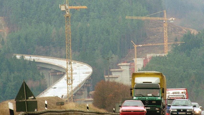 Bauarbeiten an der neuen Brücke am Hienberg im Jahr 1997. Rund 50 Millionen Euro wurden alleine hier verbaut.
