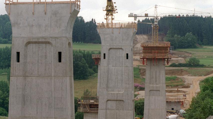 Fast vollendet sind 1999 die mächtigen Pfeiler der 600 Meter langen Talbrücke bei Trockau (Landkreis Bayreuth). Die Autobahn A9 Nürnberg-Berlin wurde von der Ortschaft Trockau weggerückt und erhielt eine neue kurvenlose Trasse sowie durchgehend sechs Spuren.