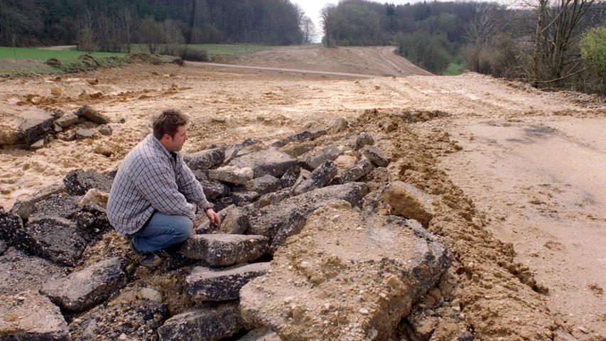 Nur noch Teerbrocken erinnern 1999 am Hienberg bei Schnaittach daran, dass sich hier bis 1997 bis zu 50.000 Autos täglich den berüchtigten Berg bei Schnaittach auf der Autobahn A9 Nürnberg Berlin hinaufquälten. Damals wurde die A9 verlegt und auf der alten Trasse kehrte die Natur zurück.