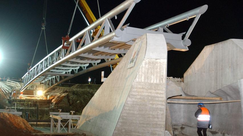 Zwei Kräne mit je 500 Tonnen Hubkraft hoben 2003 eine 60 Meter lange und 120 Tonnen schwere Brücke als Übergang über die A9 bei Bayreuth. Die rund 700.000 Euro teure Brücke wurde notwendig für den Ausbau des letzten Teilstückes der A9 München-Berlin bei Bayreuth