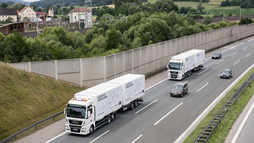 Die Zukunft ist auf der A 9 angekommen: Autonom fahrende Lastwagen der DB-Tochter Schenker fahren auf der Autobahn A9 zwischen München und Nürnberg. Zwei Lastwagen mit Anhängern sollen bis Ende 2019 im Abstand von nur 15 Metern statt der für gewöhnliche Lastwagen vorgeschriebenen 50 Metern Abstand auf der Autobahn unterwegs sein.
