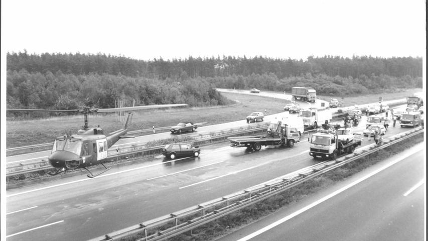Unfälle sind leider auch die ständigen Begleiter der Autobahnen: Hier die Landung eines Rettungshubschraubers bei der Anschlussstelle Nürnberg-Ost der A 9 Mitte der 1990er-Jahre.