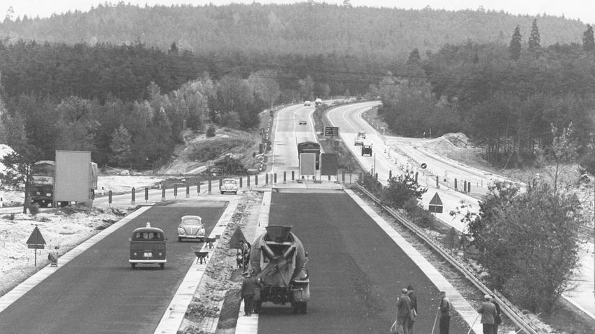 Der Bau des Autobahnkreuzes Nürnberg im Jahr 1966.