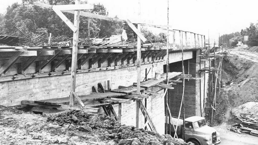 Der Ausbau der Brücke der A 9 bei Brunn nahe Nürnberg im Jahr 1966.