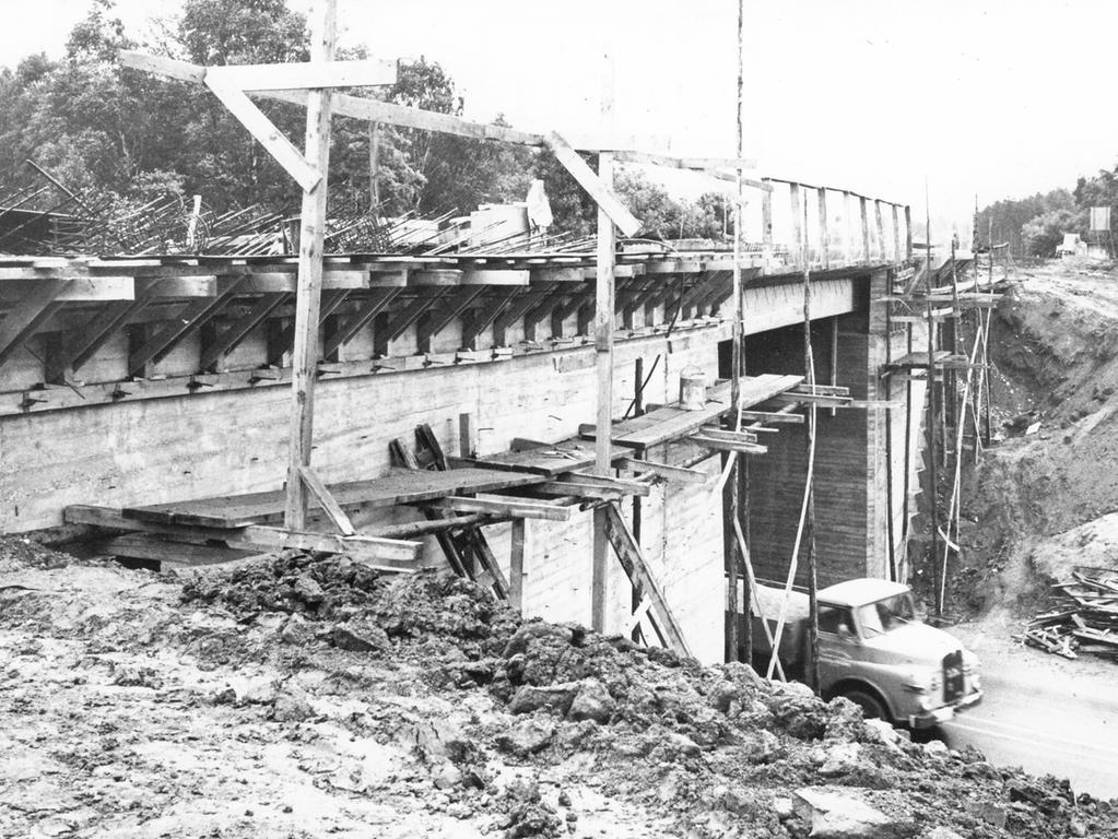 FOTO: NN / Gertrud Gerardi, historisch; schwarzweiß; 1960er; veröff. NN 27.05.1966..MOTIV: Nürnberg; Autobahn A9, Brücke bei Brunn, Autobahnbrücke, Ausbau, Verbreiterung, ....KONTEXT: