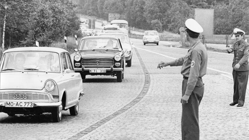 Am Nürnberger Kreuz regeln Polizisten auf der A 9 im Jahr 1965 den Verkehr.