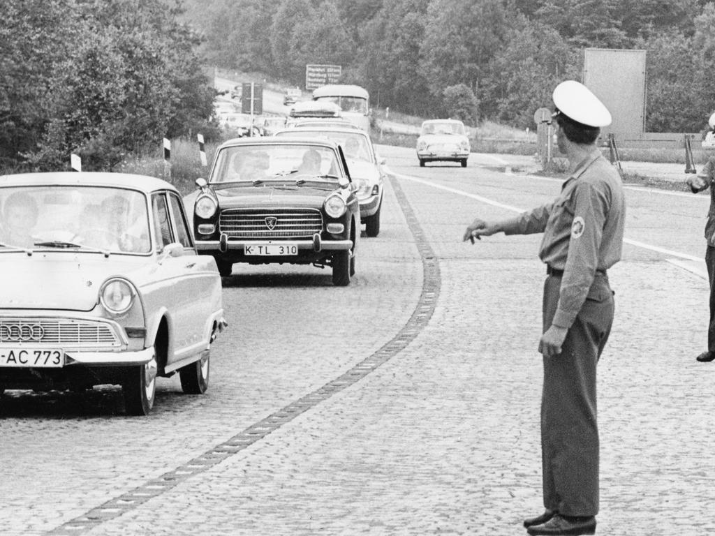FOTO: NN / Friedl Ulrich, historisch; schwarzweiß; 1960er; veröff. NN 26.07.1965..MOTIV: Verkehr, Autobahn, Ausbau, Nürnberger Kreuz, Autobahnkreuz, A3 und A9, Polizei, Verkehrspolizei regelt den Verkehr, Auffahrt zur A9.....KONTEXT: