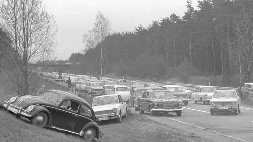 So geht es auch - jedenfalls 1966: Autofahrer versuchen einem Stau auf der A 9 bei Feucht zu entkommen.