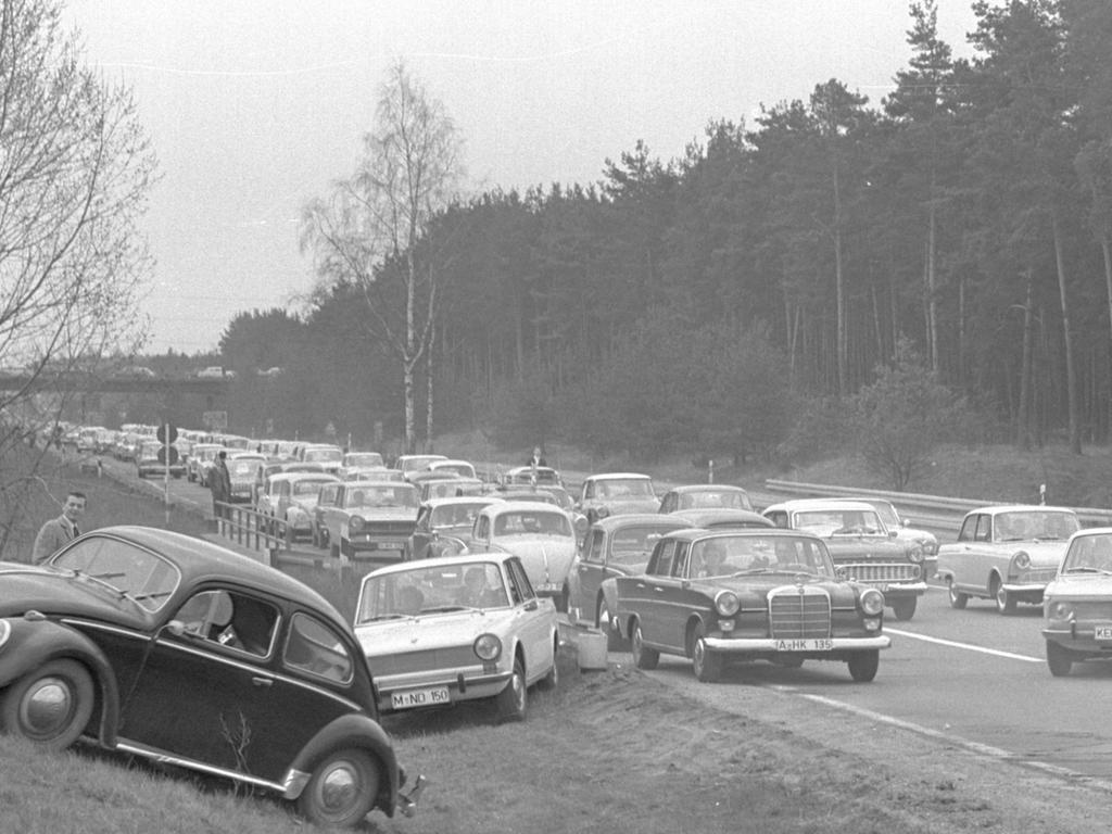 FOTO: NN / Horst Eißner, historisch; schwarzweiß; 1960er; veröff. NN 09.-11.04.1966..MOTIV: Nürnberg; Verkehr, Autobahn A9, Ausfahrt Feucht, Osterreiseverkehr, PKW verlassen die Fahrbahn, um dem Stau zu entkommen.....KONTEXT: