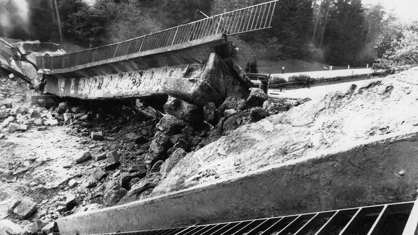 Als Verkehrsprojekt Deutsche Einheit wurde die A9 nach der Öffnung der Grenzen durchgehend sechsspurig ausgebaut. Dabei wurde nicht nur die Trasse verbreitert, auch zahlreiche Brückenbauwerke mussten neu errichtet werden. 110 Kilogramm explodierender Sprengstoff ließen so im Jahr 1990 eine Autobahnbrücke zwischen den Anschlussstellen Veldensteiner Forst und Plech auf der A9 Nürnberg-Berlin in sich zusammenfallen.