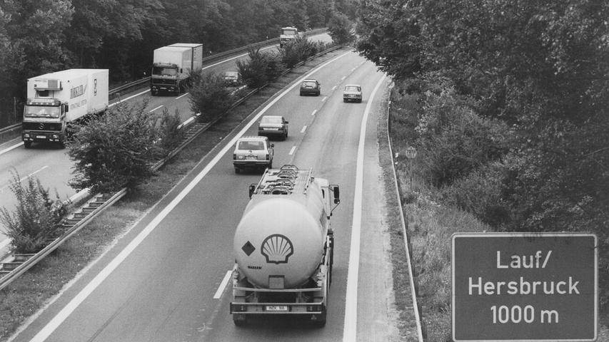 Die Autobahn A9 Nürnberg-Hof auf Höhe der Ausfahrt Lauf/Hersbruck im Jahr 1990. Im Zuge der Wiedervereinigung wurde die vierspurige Straße auf sechs Spuren ausgebaut.