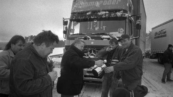Bis zu 160 Kilometer lange Staus gab es auf der A9 vor und während des sechsspurigen Ausbaus. Unvergessen ist auch das Schneechaos kurz vor dem Heiligen Abend im Jahr 2001, als hunderttausende von Leuten 24 Stunden lang auf der A9 im Stau standen, weil nicht einmal die Räumfahrzeuge mehr durchkamen. Helfer von Feuerwehr und  THW, aber auch viele Privatpersonen versorgten die Stauopfer auf der Autobahn mit heißen Getränken und belegten Broten.