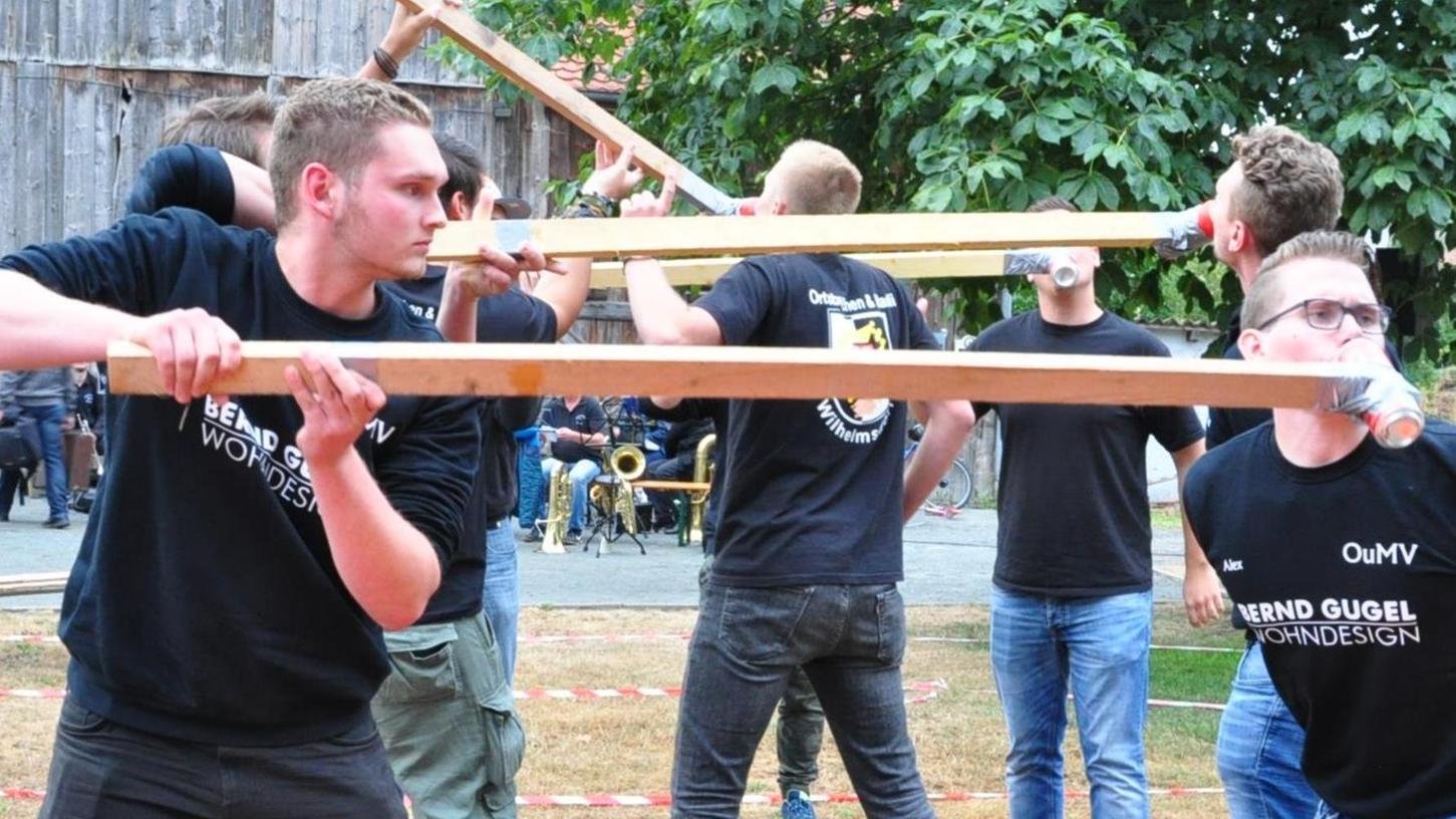Und rein mit dem Bier: Bei den Ortsburschen-Spielen in Oberreichenbach ist Trinkfestigkeit gefragt.