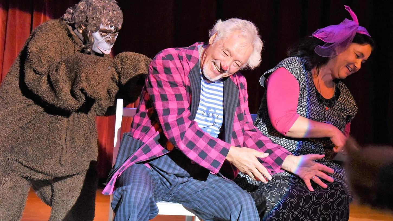 Clown Pipo zeigte gemeinsam mit Partnerin und einem furchterregenden Affen einen urkomischen Klamauk, der in seinem Publikum wahre Lachstürme auslöste.