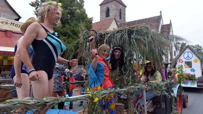 Obelix und Bikinishow: Kärwa-Umzug rollt durch Eltersdorf