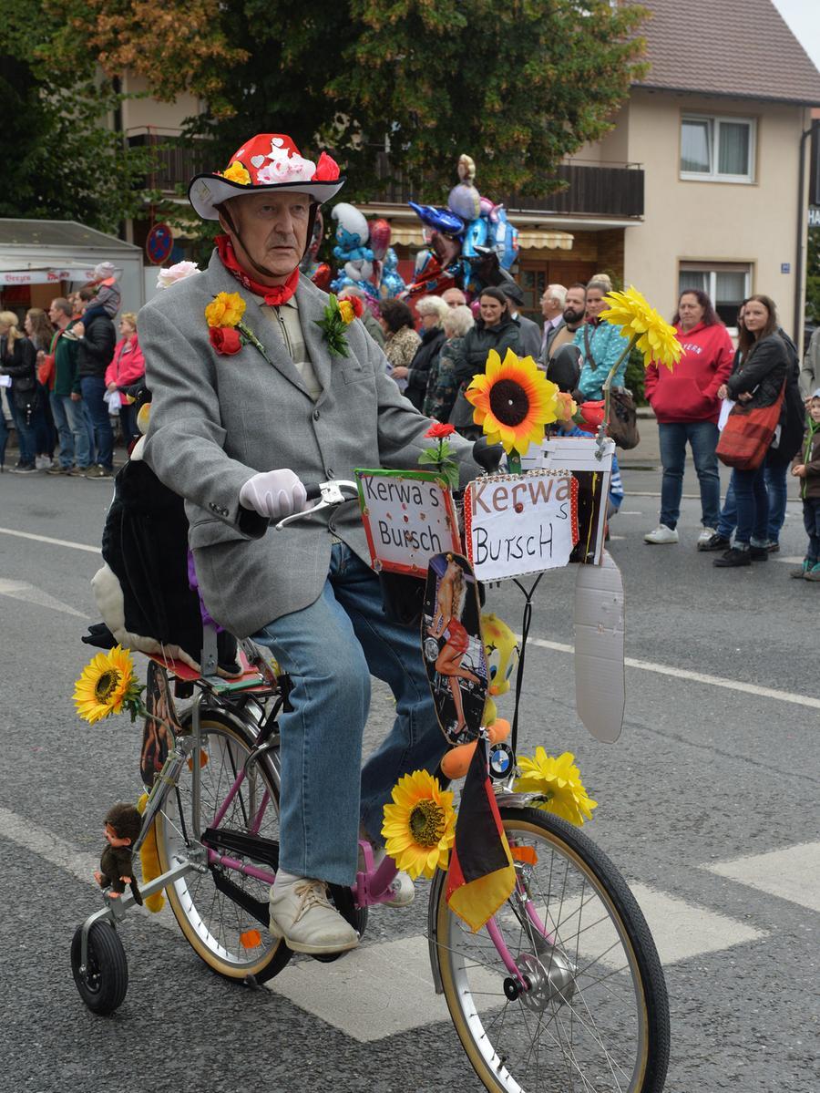 Tausende standen wieder an den Straßenrändern in Eltersdorf, als der traditionelle Kärwasumzug vorbei zog. Ein etwas älterer Kärwasbursche..Foto: Klaus-Dieter Schreiter