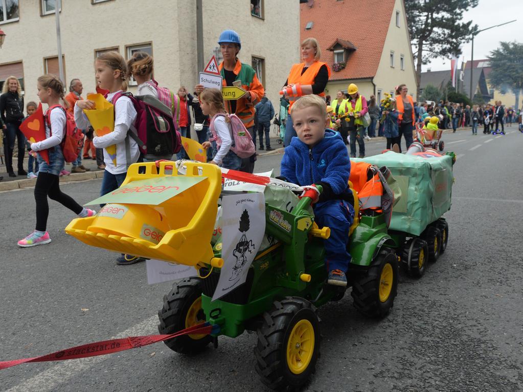 Tausende standen wieder an den Straßenrändern in Eltersdorf, als der traditionelle Kärwasumzug vorbei zog. Auch etliche Kindergruppen waren dabei..Foto: Klaus-Dieter Schreiter