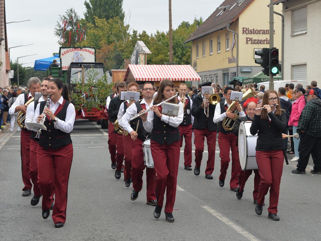Tausende standen wieder an den Straßenrändern in Eltersdorf, als der traditionelle Kärwasumzug vorbei zog. Der Stadtspielmannszug war auch dabei..Foto: Klaus-Dieter Schreiter