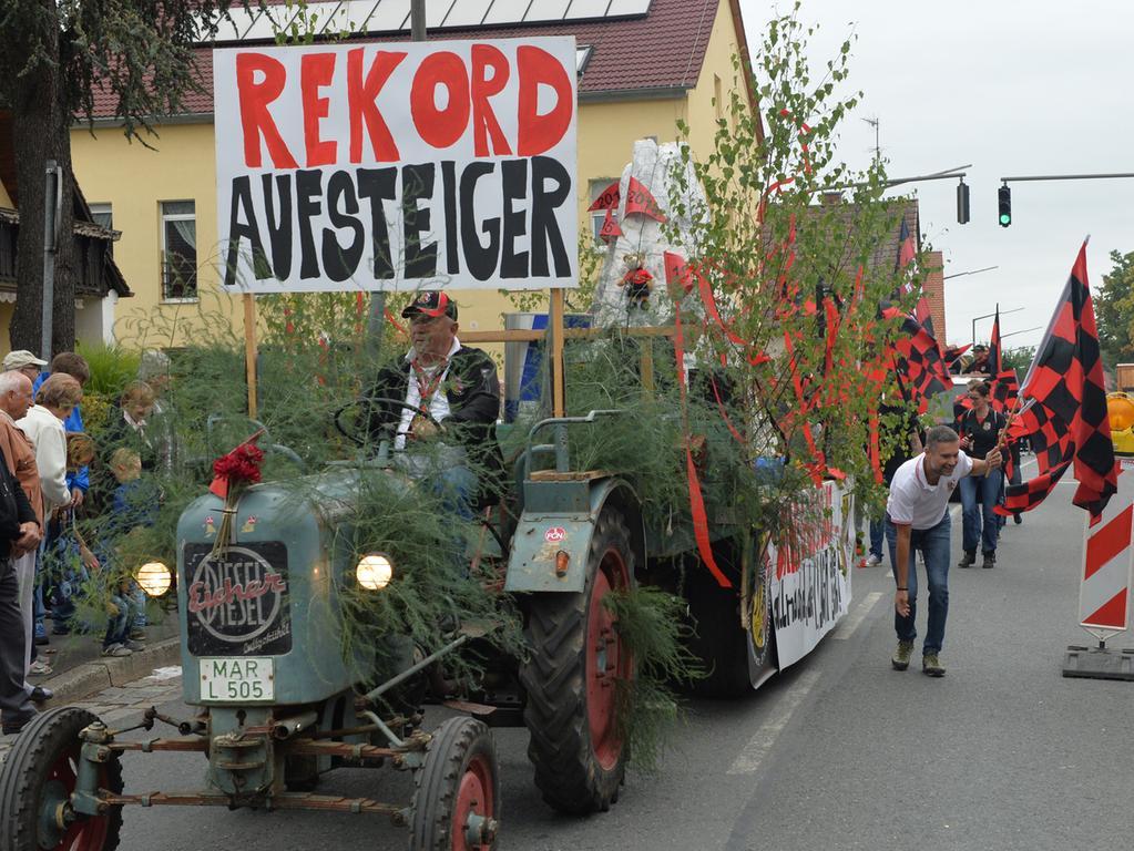 Tausende standen wieder an den Straßenrändern in Eltersdorf, als der traditionelle Kärwasumzug vorbei zog. Auch die Clubfans zogen mit und feierten den Aufstieg..Foto: Klaus-Dieter Schreiter