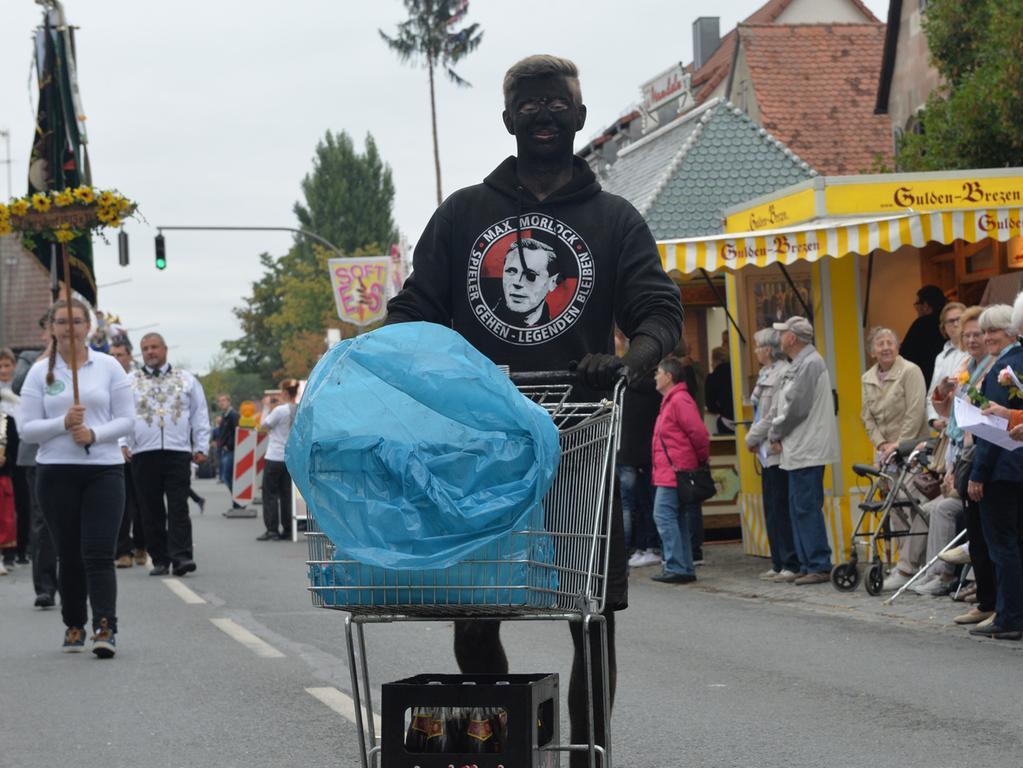 Tausende standen wieder an den Straßenrändern in Eltersdorf, als der traditionelle Kärwasumzug vorbei zog. .Foto: Klaus-Dieter Schreiter