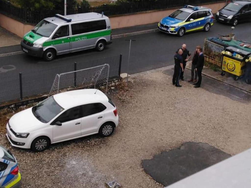 """Früh am Morgen rückte die Polizei in der Goethestraße an: Eine junge Mutter mit drei Kindern wurde abgeholt, um sie in ein Flugzeug nach Moskau zu setzen. """"Wir vollziehen nur die Anweisungen der Ausländerbehörde"""", so Dienststellenleiter Wilhelm Wölfel."""