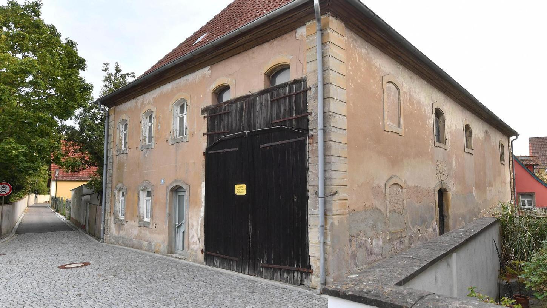 Die Mühlhausener Synagoge wurde 1938 geschändet und fortan gewerblich und landwirtschaftlich genutzt. Die neuen Eigentümer nahmen auch einige bauliche Veränderungen vor, bauten etwa ein großes Scheunentor ein und mauerten Fenster zu. Nun soll die Mühlhausener Synagoge zu einem Erinnerungs- und Lernort werden.