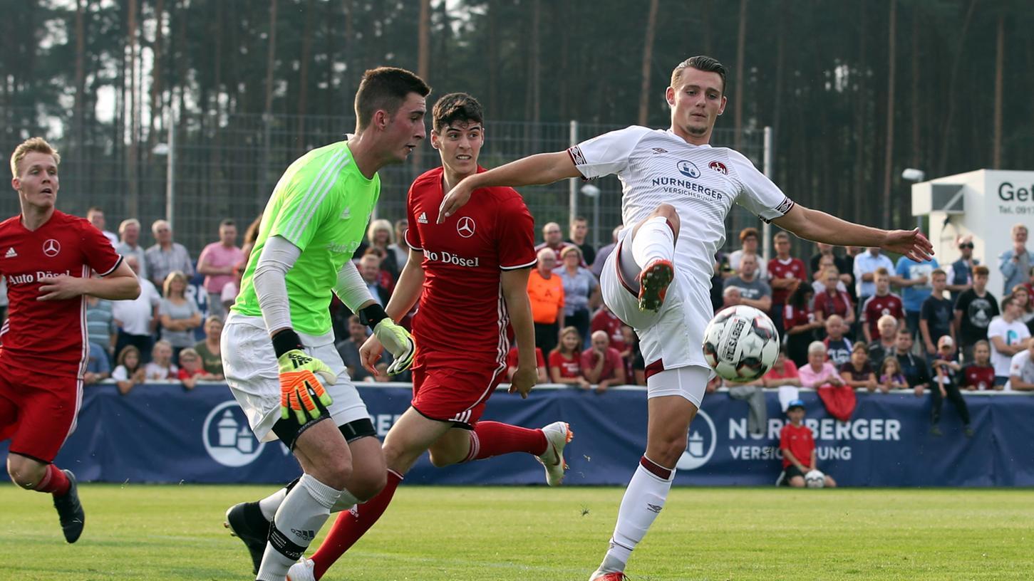 Knöll lässt's knallen: Neben dem vom HSV gekommenen Sturmtalent zeigten sich beim Freundschaftsspiel in Roth aber auch andere Club-Jungs in Torlaune.