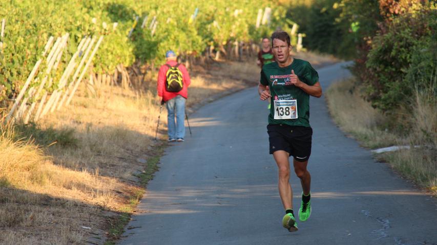 Wanderer halten sich links - Läufer haben Vorrang beim traditionellen Weinberglauf in Ipsheim.