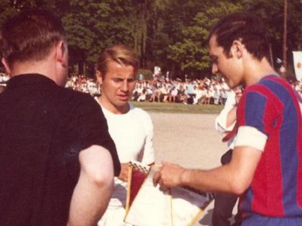 Wimpeltausch anlässlich des 50-jährigen ASV-Jubiläums 1969 vor 6000 Zuschauern zwischen den Spielführern Bruno Kroninger (l.) und Franz Beckenbauer (Bayern München).