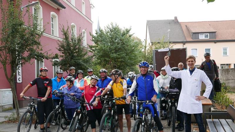 Jungapotheker Tobias Bogner gibt in Vertretung des Tourpaten Helmut Bauhof den Startschuss in Neustadt, wo sich 22 TeilnehmerInnen Richtung Streuobstwiesen aufmachten. 34 weitere schlossen sich unterwegs an.