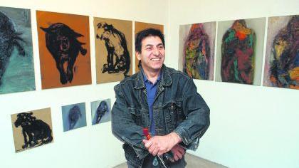 Wütend über die Ungerechtigkeiten in der Welt: Der deutsch-persische Künstler Akbar Akbarpour stellt seine neuen Bilder im eigenen Atelier aus.