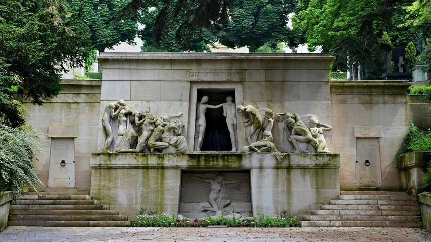 Mit 3,5 Millionen Besuchern pro Jahr ist der Friedhof Père Lachaise eine der meist besuchten Grabesstätten der Welt. Unter anderem liegen hier weltbekannte Größen wie der Komponist Frederic Chopin, Schriftsteller Oscar Wilde oder Sänger Jim Morrison.