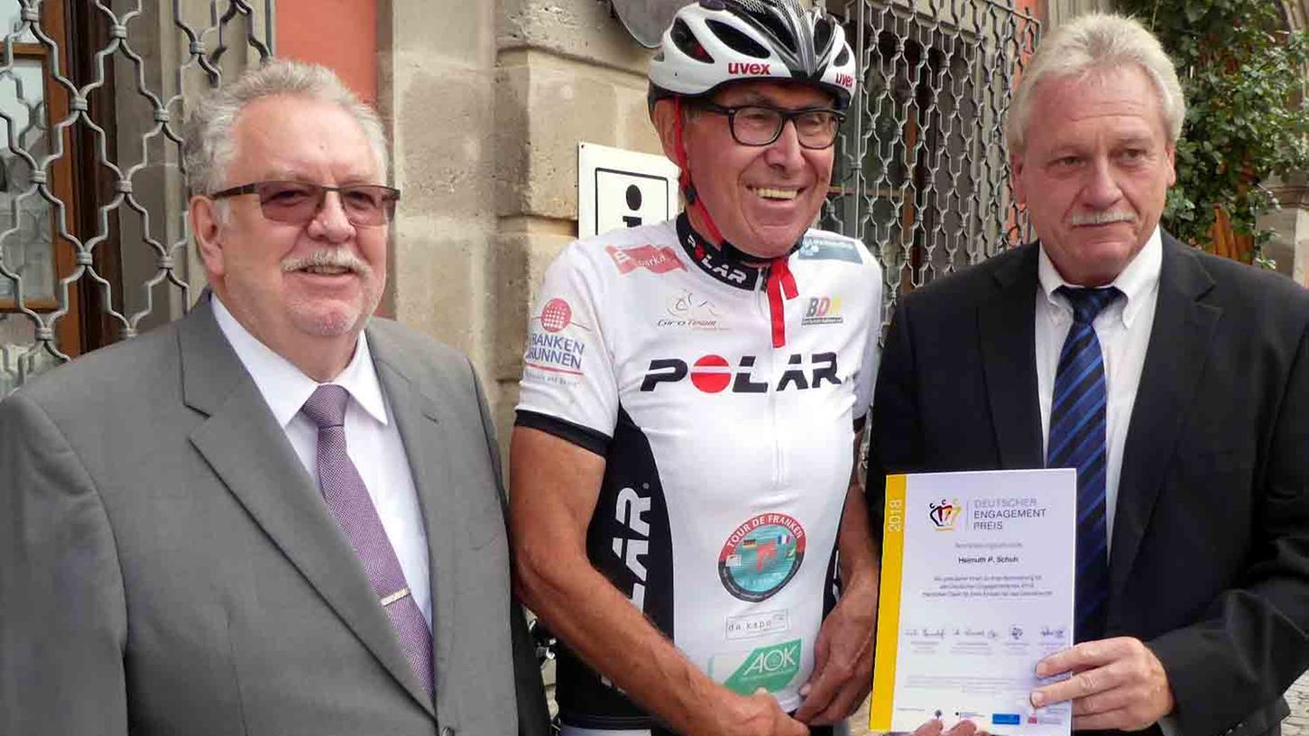 Erster Bürgermeister Klaus Meier überreichte Helmut P. Schuh die Nominierungsurkunde, zu der auch stellvertretender Landrat Bernd Schnizlein (v. r.) gratulierte. Nun eifrig für Schuh zu