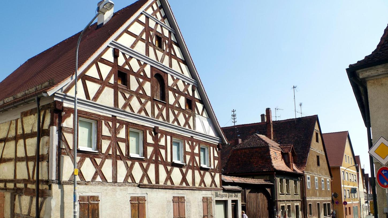 Fachwerk, das in die Jahre gekommen ist: Das imposante Gebäude links der Toreinfahrt will die Gemeinde Wilhermsdorf ebenso sanieren wie die zwei Häuser rechts davon. Das wird eine Millionen-Summe verschlingen.