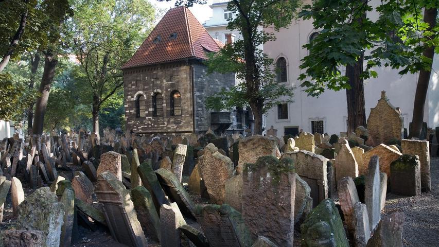 Auf dem Jüdischen Friedhof in Prag geht es seit dem 15. Jahrhundert extrem eng zu. Teilweise musste sogar übereinander bestattet werden.