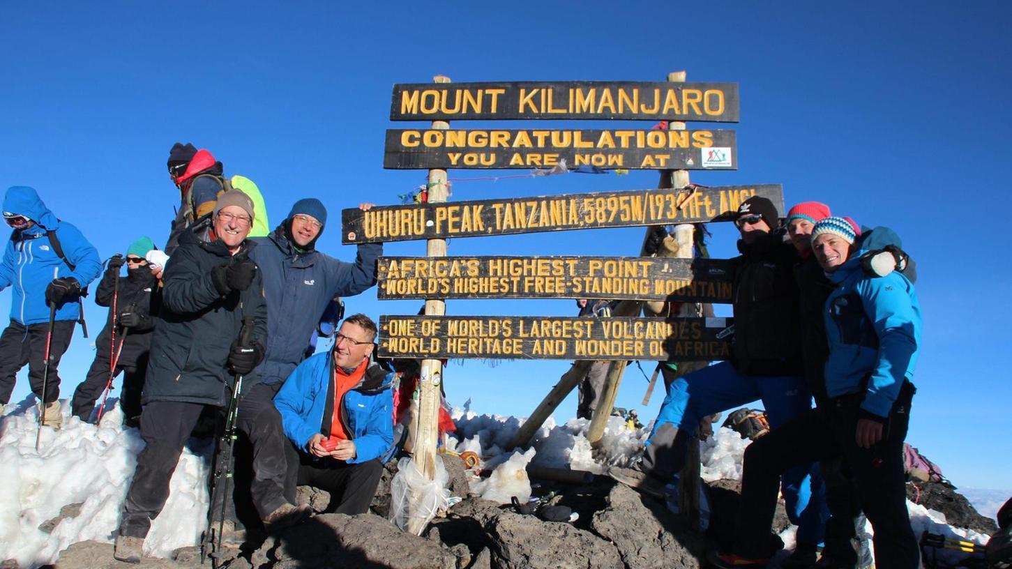 Es ist geschafft. Heiner Hack (vorne links mit Stöcken) und Damir Vrdoljak (rechts daneben mit offener Jacke) auf dem Gipfel des Kilimandscharo. Der Berg hat auch die beiden Schwabacher verändert.