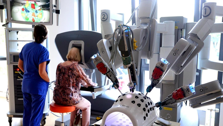 """Roboter """"da Vinci"""" – hier ein Testmodell – hat vier Arme, die auf unserem Foto nicht in einem Menschen, sondern in einem Kunststoffmodell stecken. Der Arzt steuert die Arme von seinem Sitzplatz aus."""